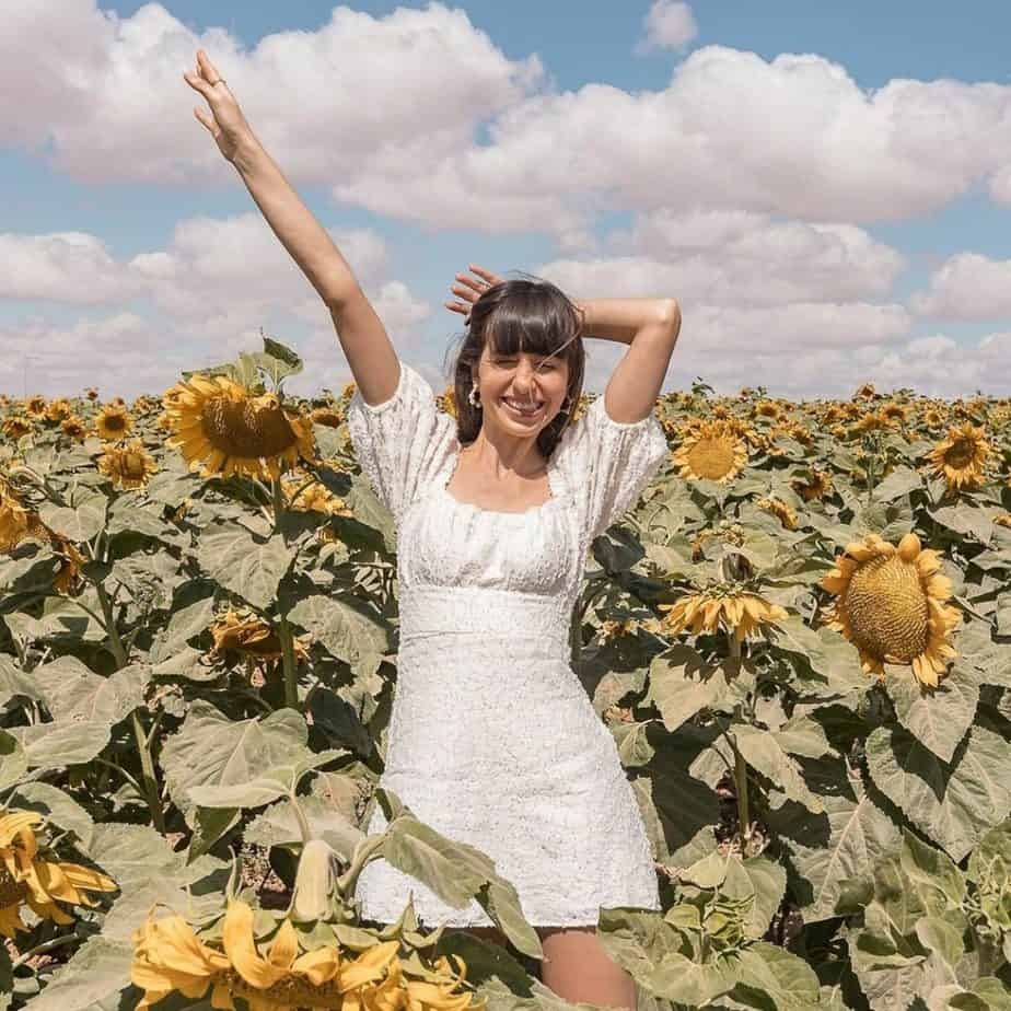 שמלה לבנה קיצית בשדה חמניות